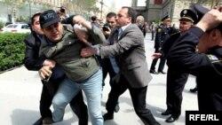 """Полиция пресекает попытку акции оппозиционного блока """"Азадлыг"""". 26 апреля 2010"""