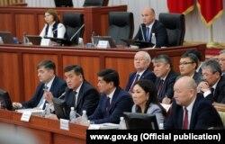 Қырғыз парламентінде отырған үкімет мүшелері. Сурет Қырғызстан президенті сайлауына дейін түсірілген. 27 сәуір 2017 жыл.