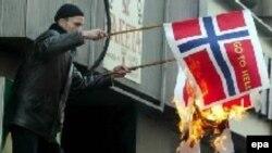 Норвежские и датские флаги горят и в Европе. Акция протеста в Сараево