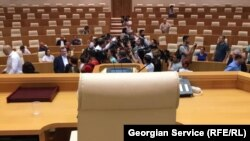 После демарша парламентской оппозиции заседание ассамблеи было сорвано, делегатам пришлось вернуться в гостиницу