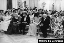 Прием в честь нобелевских лауреатов Западного полушария. Справа от Джеки Кеннеди – поэт Роберт Фрост. Белый Дом, Восточный зал, 29 апреля 1962 года.