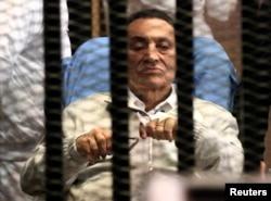 Хосни Мубарак на суде после свержения, Каир, 2013 год