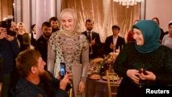 Рамзан Кадыров с женой Медни и дочерью Айшат (в центре) на последнем показе Firdaws в Грозном
