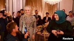 Глава Чечни Рамзан Кадыров, его дочь Айшат (в центре) и жена Медни