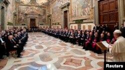Папа римский Франциск выступает в Ватикане перед представителями дипломатического корпуса