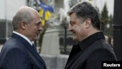Аляксандар Лукашэнка вітаецца зь Пятром Парашэнкам, Кіеў, 21 сьнежня
