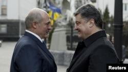 Беларусь президенті Александр Лукашенко Украина президенті Петр Порошенкомен кездесіп тұр. Киев, 21 желтоқсан 2014 жыл.