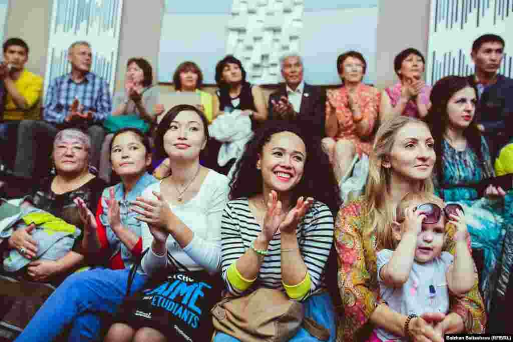 Зрители аплодируют победителям конкурса «Шебер».
