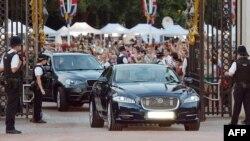 """Жизнь королевской семьи - это жизнь """"на уровне"""". Лимузины въезжают в ворота Букингемского дворца в Лондоне."""
