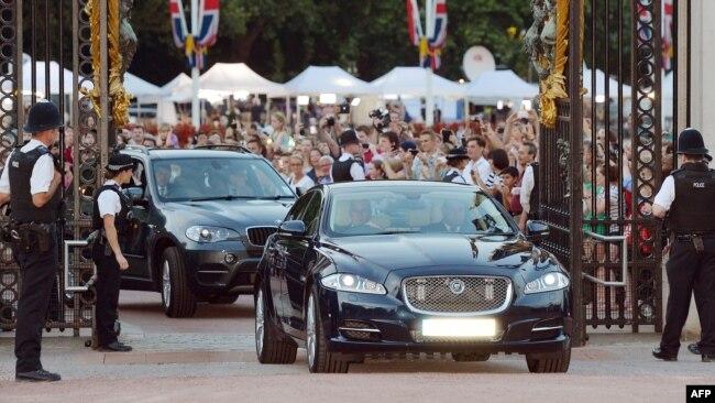 """Жизнь королевской семьи – это жизнь """"на уровне"""". Лимузины въезжают в ворота Букингемского дворца в Лондоне"""
