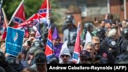 Membrii ai Ku Klux Klan și ai altor organizații rasiste la sosirea la Charlottesville, Virginia