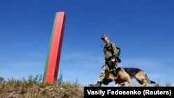 Беларускі памежнік з сабакам ахоўвае мяжу зь Літвой