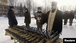 Православный священник освящает винтовки для белорусских новобранцев
