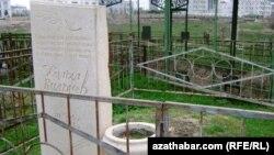Halyl Kulyýewiň mazary, Aşgabat.