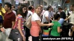 Հայաստան - Նոր ժամանող սիրիահայերի ընտանիքը «Զվարթնոց» օդանավակայանում, 30-ը հուլիսի, 2012թ․