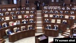 Imagine televizată de la dezbaterea parlamentară de astăzi