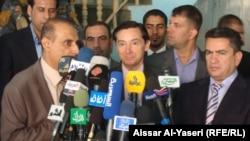 السفير الفرنسي في بغداد دينيس كوا (وسط) ومحافظ النجف عدنان الزرفي (يمين) يتحدثان في النجف