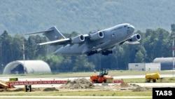 """Самолет ВВС США на взлетно-посадочной полосе американской авиабазы """"Манас"""" в Киргизии"""