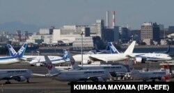 Самолеты, стоящие на земле в аэропорту Ханэда. Токио, 14 апреля 2020 года
