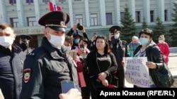 Пикет родственников рабочих-вахтовиков в Омске.