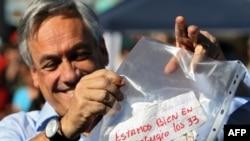 Presidenti i Kilit, Sebastian Pinera, tregon letrën e dërguar nga minatorët e ngujuar qe 17 ditë në minierën San Esteban