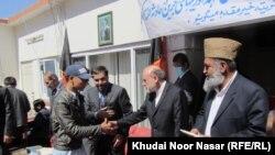 کوټه: افغان سفیر محمد عمر داودزی له غمځپلو کورنیو یوه غړي ته مرسته وېشي.