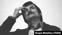 آندری تارکوفسکی (۱۹۳۲-۱۹۸۶) در مراسمی در سال ۱۹۸۱ در ریبینسک
