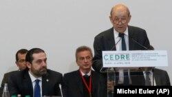 وزیر خارجه فرانسه در حال سخنرانی در نشست پاریس، در کنار نخستوزیر لبنان