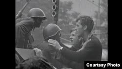 Кадр из фильма: жители Праги пытаются переубедить танкистов. Такие дискуссии во время событий 1968 года были повсеместно