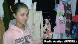 «Спасибо» дүкенінде жұмыс істейтін ерікті Анастасия Тян. Алматы, 11 желтоқсан 2012 жыл.