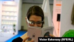 Almaniyada baş tutmuş Frankfurt kitab sərgisində kitab oxuyan qız, 2016-cı il.