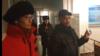 """""""Бейбіт жиын өткізу тәртібін бұзды"""" деп айыпталған бұрынғы полицей Әлібек Ерғазиев (оң жақта) сотта тұр. Орал, 13 желтоқсан 2019 жыл."""