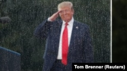 Дональд Трамп во время праздничного салюта в Вашингтоне в День независимости США
