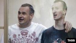 Олег Сенцов (л) і Олександр Кольченко в суді, 25 серпня 2015 року