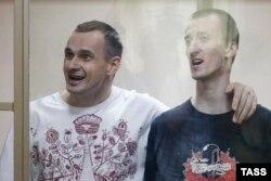 Олег Сенцов (ліворуч) і Олександр Кольченко на суді в Ростові-на-Дону, 25 серпня 2015 року