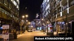 Плоштадот Македонија во Скопје во време на полициски час