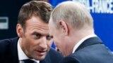 Президент Франції Емманюель Макрон (зліва) та російський лідер Володимир Путін, Санкт-Петербург, 25 травня 2018 року