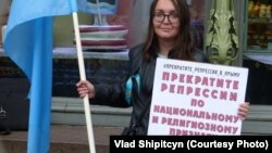 Елена Григорьева с крымскотатарским флагом (архивное фото)