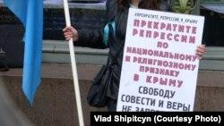 Фрагмент плаката в поддержку крымских татар в руках участника пикета в их поддержку (архивное фото).