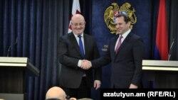 Министр обороны Грузии Леван Изория (слева) и министр обороны Армении Давид Тоноян после переговоров, Ереван, 21 февраля 2019 г․
