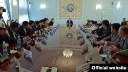 Встреча президента КР А. Атамбаева с представителями общественных объединений «Мекен шейиттери», «Айкол-Ала-Тоо», «Эр Теги» и «Апрель байрагы» в Бишкеке, 27 февраля 2017 года.
