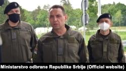 Архивска фотографија - Минстерот за одбрана Александар Вулин со армиски офицери во Шид, Србија.