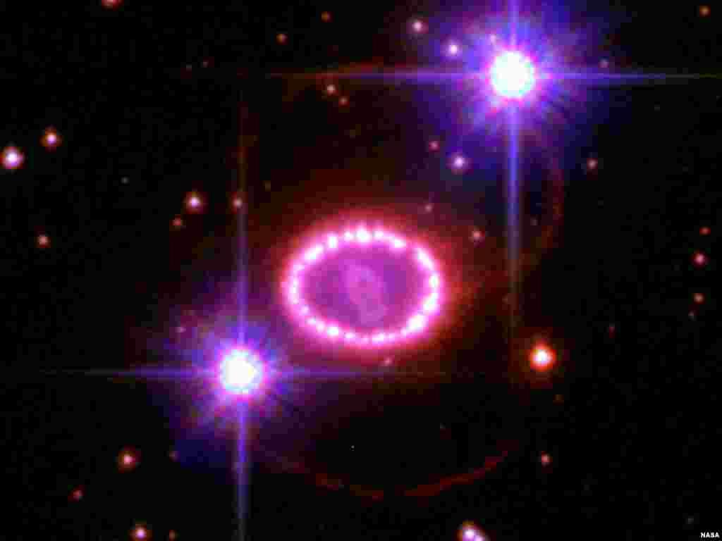Svemir - Svemirska perla - Ova zvijezda nazvana ¨Supernova 1987A¨ nastavlja da fascinira astronome sa svojim spektakularnim svjetlosnim igrama. Ovaj snimak pokazuje prsten oko ¨Supernove¨ sa desetinama zvjezdanih tačaka. Udaljen je jednu svjetlosnu godinu a nastao je praskom prije 20.000 godina.