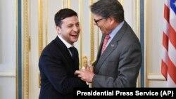 Президент України Володимир Зеленський (ліворуч) заперечив, що міністр США з енергетики (праворуч) Рік Перрі просив його звільнити голову правління «Нафтогазу» Андрія Коболєва