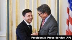 Президент України Володимир Зеленський (ліворуч) заперечив, що секретар США з енергетики (праворуч) Рік Перрі просив його звільнити голову правління «Нафтогазу» Андрія Коболєва