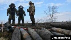 Військові знищують боєприпаси, зібрані на території військової частини в Балаклії, архівне фото
