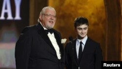 Ричард Гриффитс и исполнитель роли Гарри Поттера Дэниел Рэдклифф на церемонии вручения премий Тони в 2008 году