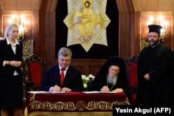 Президент Украины Петр Порошенко и патриарх Варфоломей подписывают соглашение о сотрудничестве