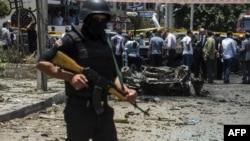 Представник сил безпеки Єгипту на місці вибуху в Каїрі, 29 червня 2015 року