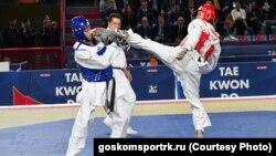 Антон Котков на соревнованиях (слева)